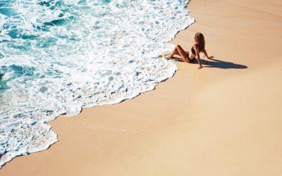 Ventajas de caminar por la playa o la montaña en tus viajes de relax